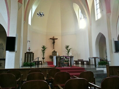 Door af te stemmen op zender 999 of 998 kijken bewoners van het nonnenklooster live mee met diensten in 1 van de 2 kapellen.